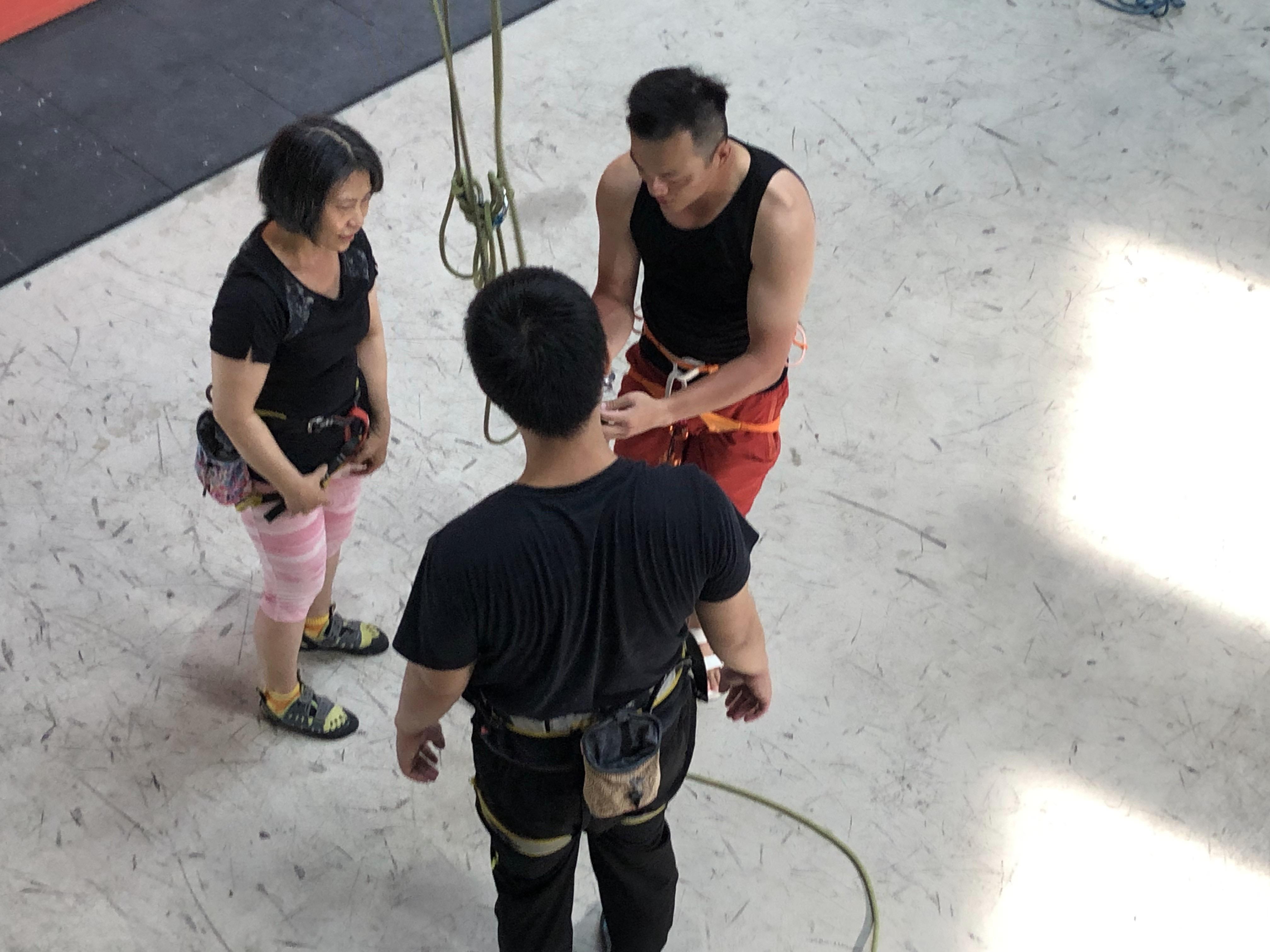 【好玩地點】 假日帶媽媽去哪玩?室內攀岩初體驗 台中Dapro室內攀岩場(教練確保50分鐘) 4